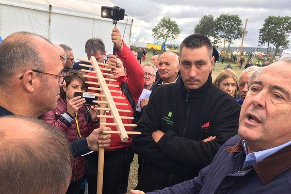A Bains (Haute-Loire), un agriculteur a remis symboliquement une fourche et des sabots de bois au ministre Didier Guillaume. Il lui demande de revenir à une agriculture soucieuse des territoires.