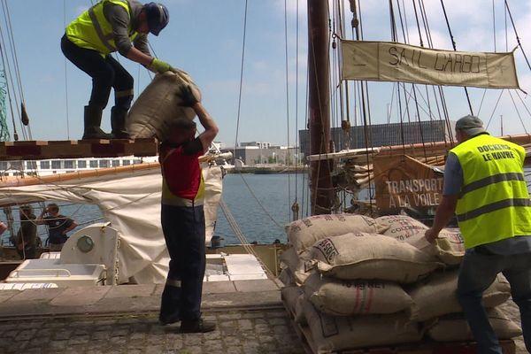 19 mai 2020 – Le Havre : déchargement de sacs de café venant de Colombie et  transportés par bateau à voile