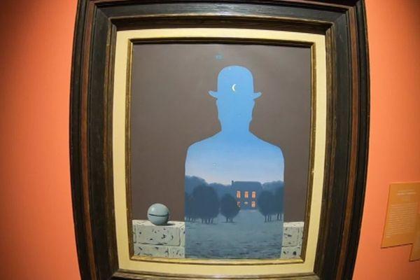 Lodève (Hérault) - une peinture de René Magritte {L'heureux donateur (The Happy Donor) 1966] au Musée Fleury - 2019.