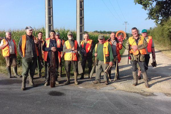 Rassemblement de chasseurs avant le départ pour une battue aux sangliers - Viglain (Loiret) - 19 août 2018