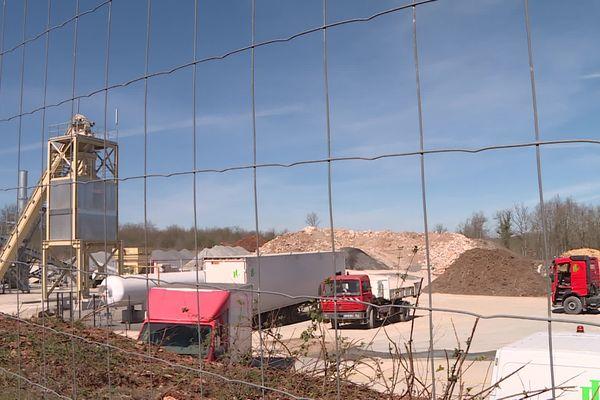 La centrale à bitume est en cours de construction mais les opposants ont constaté que la production a commencé sans que les normes de sécurité et de protection de l'environnement ne soient validées redoutent-ils.