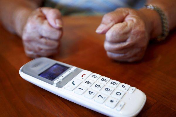 Dans le Cantal, le téléphone fixe est bien trop souvent aux abonnés absents. Face à de nombreuses coupures du réseau, les élus de ce département rural ont décidé de donner de la voix.