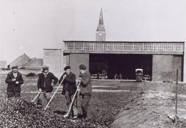 Des ouvriers français travaillant sur l'aérodrome de Cambrai-Niergnies (1940-1941).