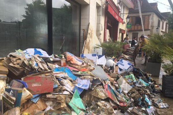 Dans les rues de Salies du Béarn, le nettoyage prendra plusieurs jours après les inondations du centre-ville.