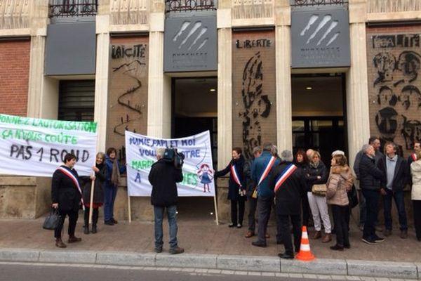 Le conseil municipal de Fourques manifeste devant le conseil départemental qui se réunit en session ce lundi matin, ils veulent faire bouger les lignes concernant le projet de création de marpa - 27 février 2017