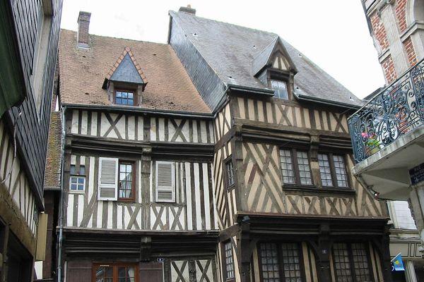 Dans l'Eure, à Bernay, un peu de grisaille matinale ou un voile d'altitude l'après-midi ne gâcheront pas un ressenti estival.