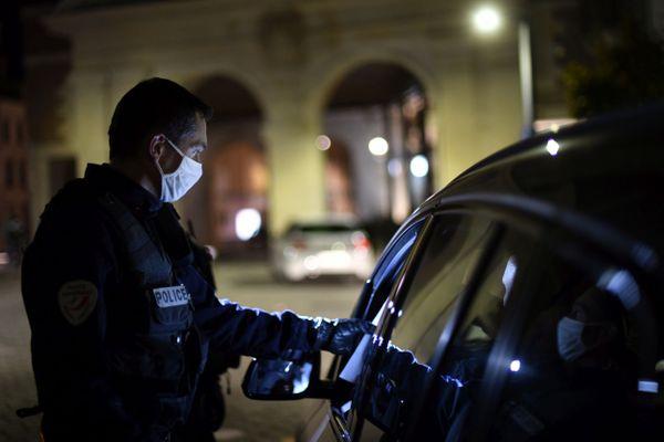 A compter du 15 décembre, si vous vous déplacez de nuit, il vous faudra remplir une attestation pour circuler durant le couvre-feu qui s'applique dans toutes les communes de France.