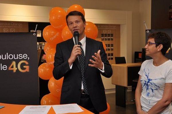 Pierre Clément, directeur Orange Sud, annonce l'ouverture de la 4G à Toulouse, en présence de la conseillère municipale Saliha Mimar.