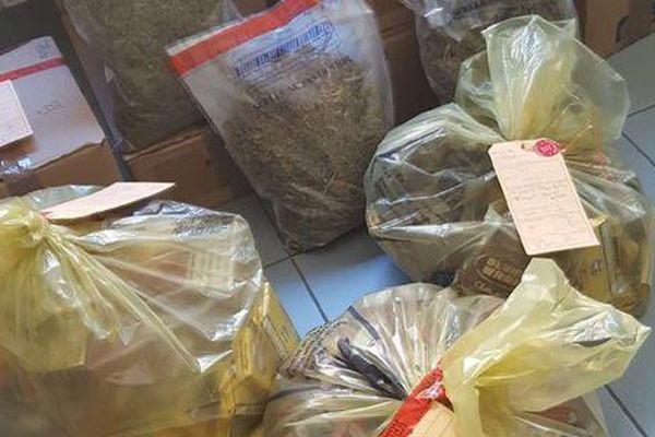 Entre autres : 1365 paquets de cigarettes ont été découverts