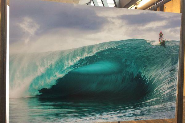 Les photographies de Tim McKenna présentées au Brest Surf Film Festival. Ici Vetea David sur la vague Teahupoo