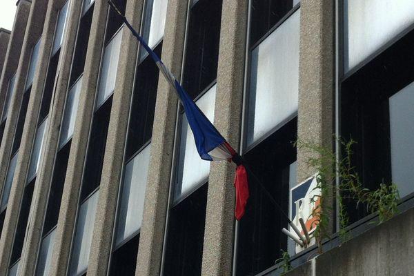 Au commissariat de police de Besançon, les drapeaux sont en berne après le meurtre du couple de policiers à Magnanville dans les Yvelines