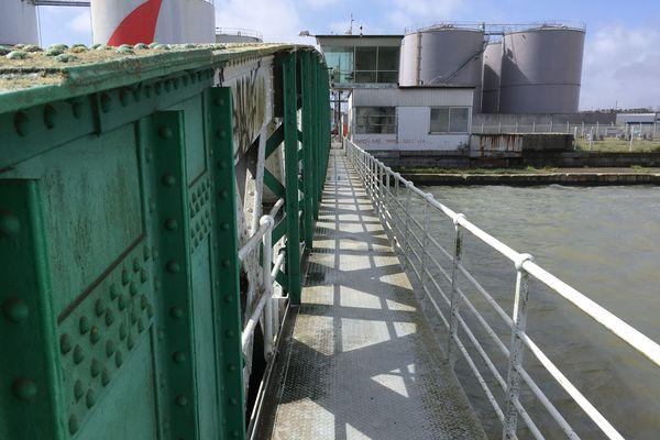 La passerelle piétons du pont du Perthuis, côté bassin de Penhoët, il existe une passerelle identique côté bassin de Saint Nazaire. Le futur pont du Perthuis ne comportera qu'une passerelle piétons, mais sa travée pour les véhicules sera élargie pour un meilleur flux.