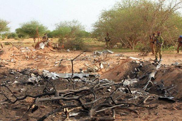 Des soldats de l'armée malienne à proximité des débris du crash du vol AH5017 dans la région de Gossi au Mali (ouest de Gao)