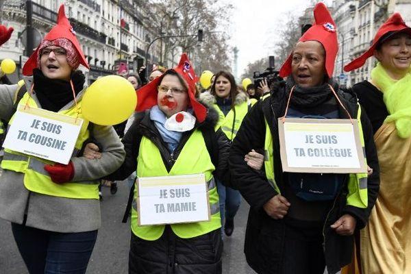 Des femmes gilets jaunes près de la place de la Bastille à Paris ce dimanche 6 janvier 2019.