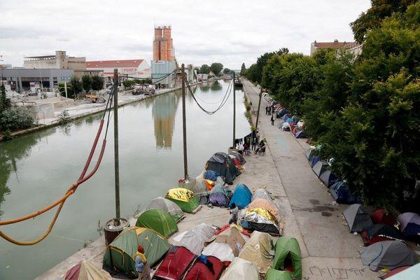 Entre 1 500 à 2 000 personnes sont installées dans des conditions précaires à Aubervilliers, sur les rives du canal Saint-Denis.