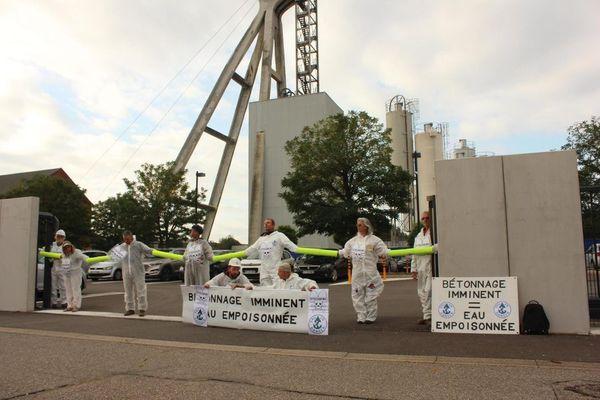 Sept militants ont bloqué l'accès à Stocamine à Wittelsheim dans le Haut-Rhin, ils protestent contre l'enfouissement imminent de 42.000 tonnes de déchets toxiques