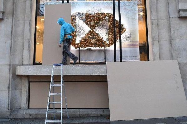 Un magasin des Champs-Elysées protège sa vitrine avant une manifestation des Gilets jaunes, le 7 décembre 2018.