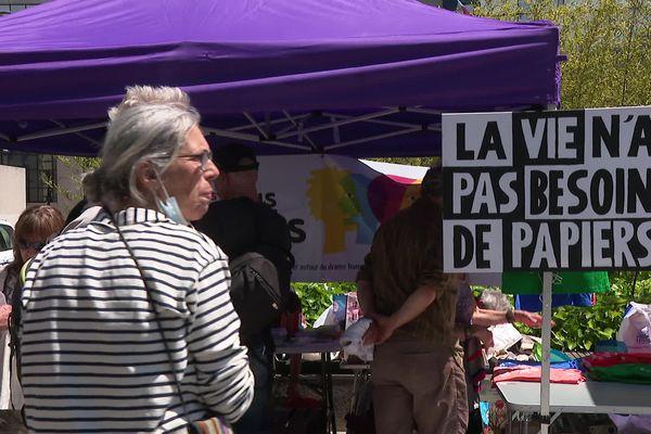 """Une manifestation a été organisée le 27 juin 2021 devant le palais de justice de Grenoble pour dénoncer la """"répression de la solidarité"""" envers les migrants."""