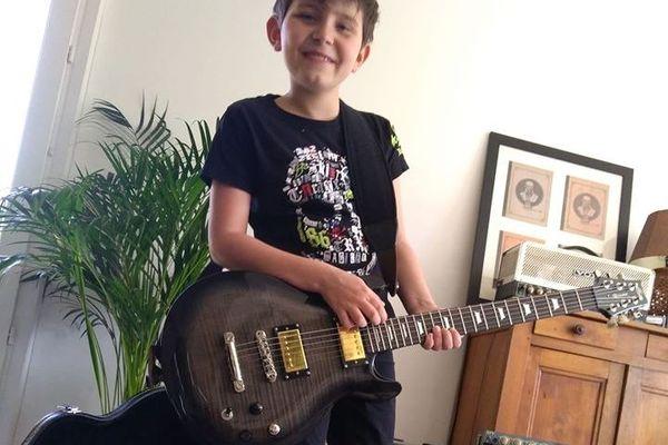 Son frère, Léo, a lui préféré revêtir ses habits de rockeur !