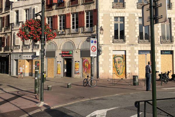 Les commerces du centre ville, près des quais de la Nive, fermés et barricadés samedi matin, 24 août 2019, par crainte de destructions lors des manifestations anti-G7.