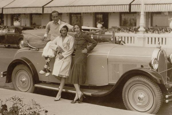 Jacsuqe Henri Lartigue à La Baule avec sa femme Bibi et Arlette Boucard, amie de la famille, devant l'hotel L'Hermitage