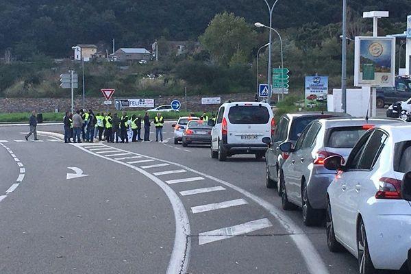 Un groupe de gilets jaunes bloque la circulation à Casamozza.