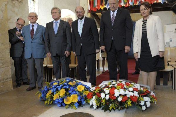 Patrick Weiten (2e en partant de la droite), président de l'UDI Moselle et du conseil général, sur la tombe de Robert Schuman, l'un dees pères fondateurs de l'Europe à Scy-Chazelle (Moselle) le 4 juillet 2013.