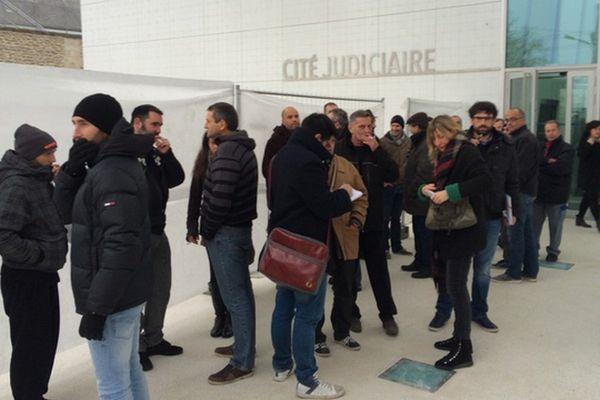 La demande de mise en redressement judiciare de Starplast est étudiée par le tribunal de commerce de Limoges. Des salariés inquiets attendent à l'extérieur.