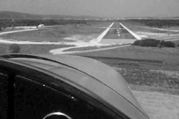 Avion en phase d'atterrissage sur la piste de La Vèze en 1969