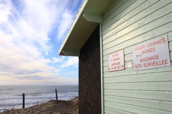 Sur une plage du Porge hors-saison, les dangers des baïnes sont rappelés aux éventuels baigneurs.