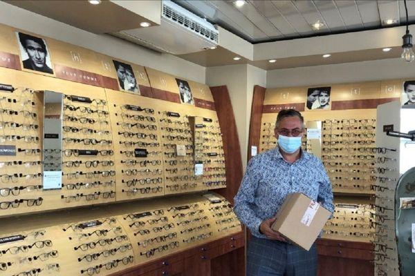 Krystophe Dumas, propriétaire du magasin d'optique « Optique Dumas », rue du Port à Clermont-Ferrand, propose dans son commerce un click&collect pour les commerces fermés