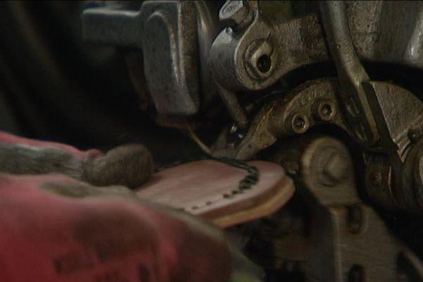 Mécanicien pendant 14 ans dans les usines de chaussures de Dettwiller, Henri Juchs entretient les machines et les utilise pour réparer certaines semelles usées.