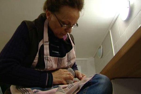 Corinne Dantan en train de soigner une tourterelle.