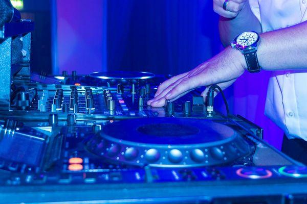 Un DJ mixe dans une boîte de nuit - Photo d'illustration