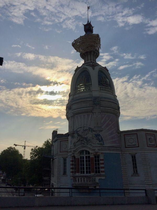 Le nid de de Tadashi Kawamata sur la tour Lu, à Nantes, juin 2019