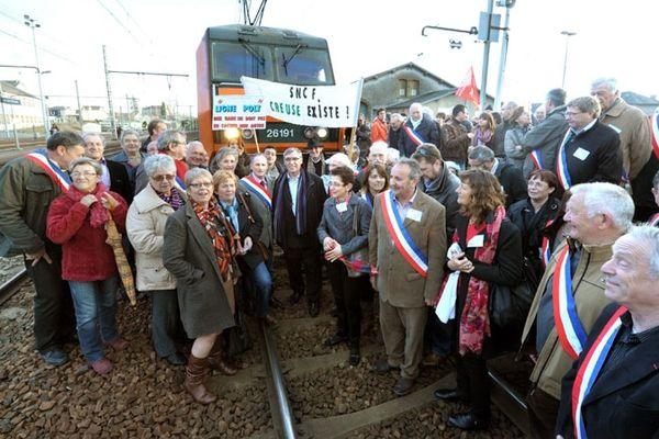 Plus de 300 personnes, dont des élus,  avaient manifesté et bloqué un train  en gare de La Souterraine le 9 mars 2013