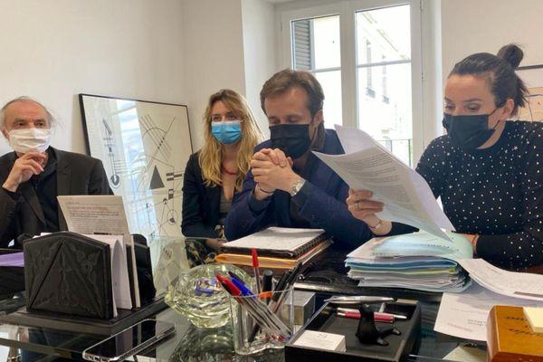 De gauche à droite : André Paccou, porte-parole de la LDH Corse, Elisa Cazalas, et Me Dominique Paolini et Me  Anna-Maria Sollacaro, conseils de Michel Cazalas, lors d'une conférence de presse visant à sa remise en liberté, le 30 avril.