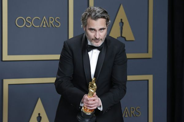 """Joaquin Phoenix, vainqueur du trophée du meilleur acteur pour son rôle dans """"Joker"""" en 2020."""