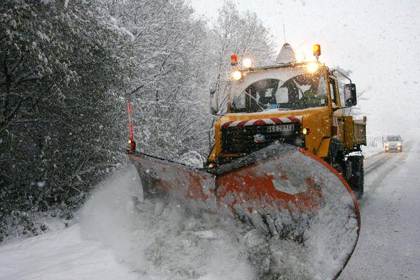 Le département de la Haute-Loire est placé en vigilance orange neige-verglas, lundi 5 février. Dans le sud du département, la préfecture a décidé d'interdire la circulation des poids lourds de plus de 7,5 tonnes.
