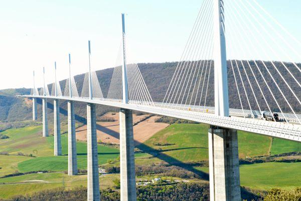 Le Viaduc de Millau (Aveyron) enjambe la vallée du Tarn. D'une longueur de 2460m, il a été inauguré en 2004.