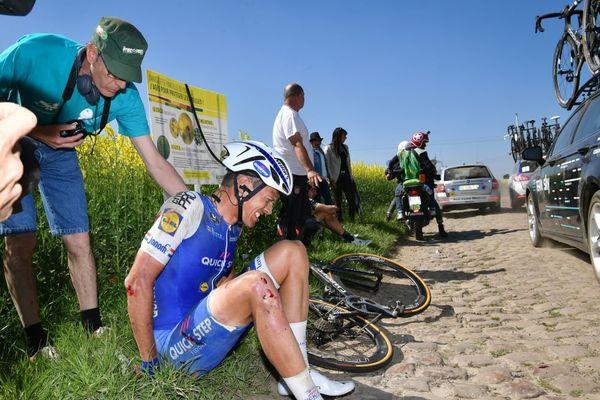 Le Néerlandais Niki Terpstra est tombé à 115 km de l'arrivée.