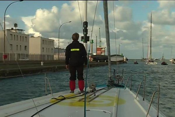 Morgan Lagravière au passage de l'écluse du bassin Vatine, au Havre.