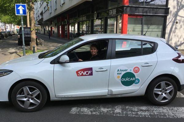 Une étudiante de Marseille qui récupère sa voiture de location à proximité de la gare de Rennes
