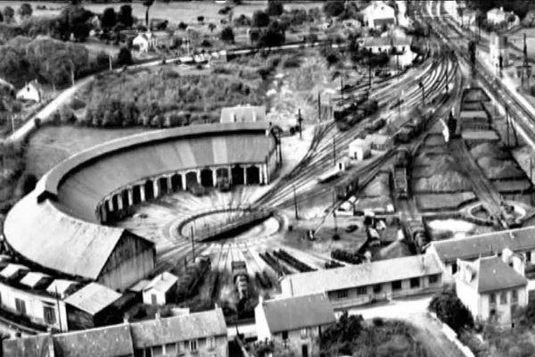 L'impressionnante rotonde de la gare de Saint-Sulpice-Laurière au siècle dernier