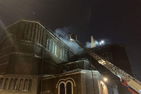 À 22 heures, les pompiers sont toujours mobilisés sur place.
