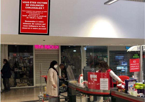 Difficile de manquer ce panneau situé au niveau des caisses  dans cet hypermarché de la Seyne-sur-Mer.
