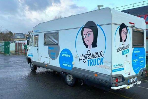 Le camping-car de professeur truck devant le collège de Saint-Sever pendant les vacances scolaires le 24 février 2020