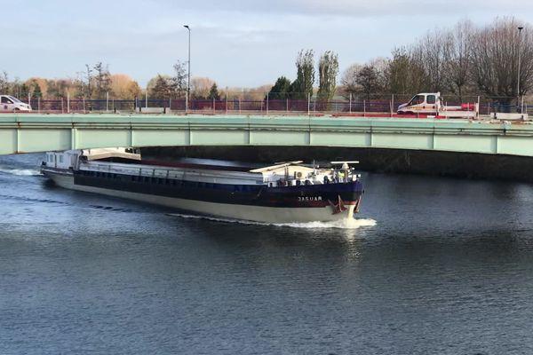 Le pont s'élève à 5,10 mètres au-dessus de l'eau. 40 centimètres de plus que les normes en vigueur.