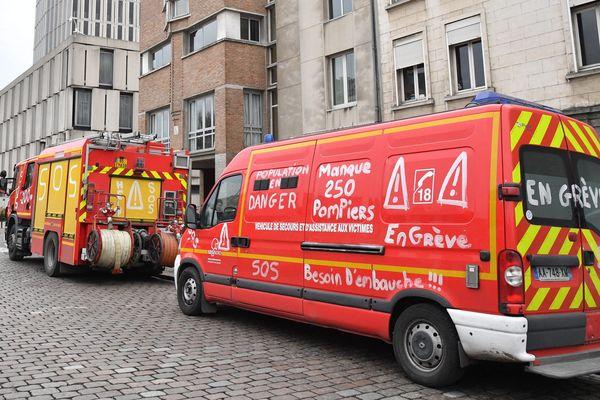 Les pompiers réclament des moyens supplémentaires et le font savoir directement sur leurs véhicules d'intervention.
