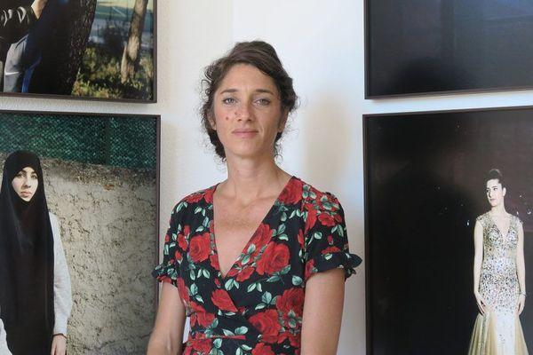 Yohanne Lamoulère devant son exposition « Gyptis et Protis, des histoires d'amour à Marseille » pour le projet « Jeunes-générations »